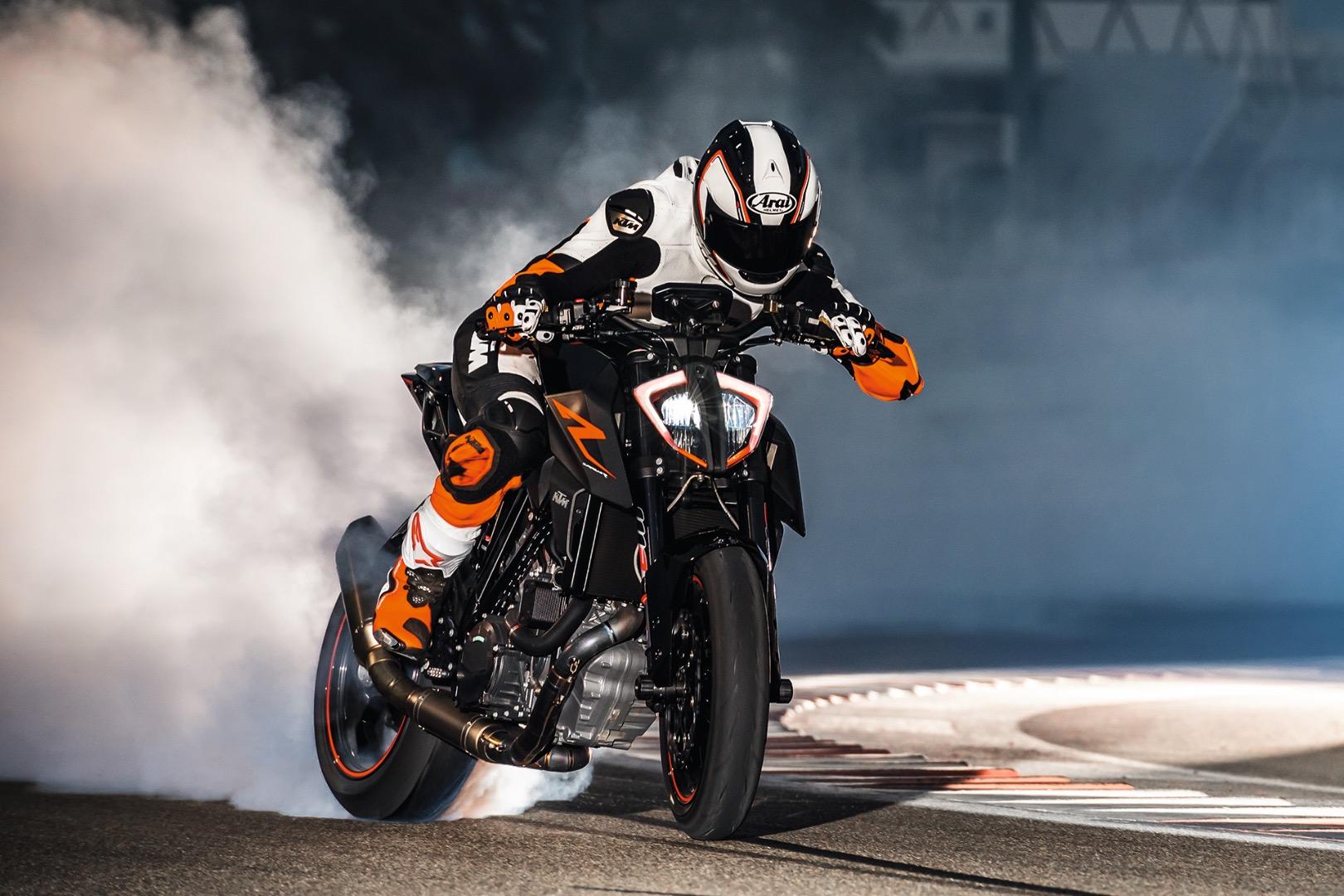 2017 Ktm 1290 Super Duke Roars To Flame Up The Race Track In Qatar